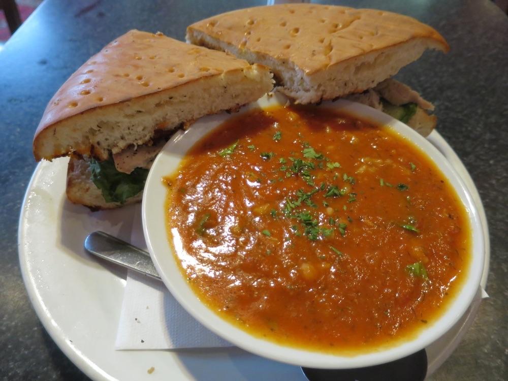 Bambo Cafeのサンドイッチとスープ